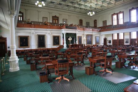 Austin, Texas - September 26, 2010: Tafels en stoelen in de historische Senaat kamer gelegen in de Texas capitol gebouw. Redactioneel