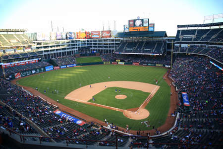 Arlington, Texas - September 27, 2010: Een laat seizoen American League honkbal spel in Texas Rangers Ballpark in Arlington.
