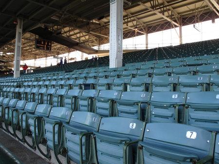 ballpark: Chicago, Illinois - el 26 de abril de 2010: Famoso Wrigley Field hab�a obstruido asientos en el estadio de casa cachorros viejo tiempo.