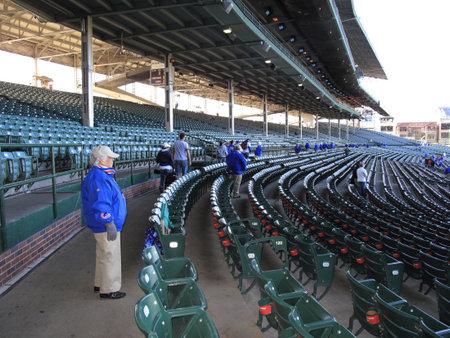 ballpark: Chicago, Illinois - el 26 de abril de 2010: Ujieres y obstruido asientos en el Wrigley Field, el estadio de casa Chicago Cubs viejo tiempo.