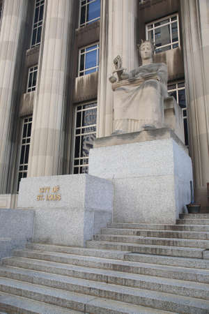 mel: St. Louis, September 18, 2010: Mel Carnahan Courthouse. Equal Justice statue at the former Federal Courthouse in St. Louis, Missouri. The building was constructed in 1935 with allegorical figures.