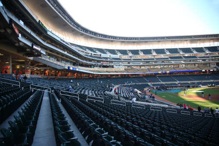 ballpark: Minneapolis, 21 de abril de 2010: Pr�ctica de bateo en el campo destino, el nuevo estadio de los gemelos de Minnesota, que devuelve el b�isbol al aire libre a las ciudades gemelas. Editorial