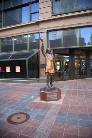 macys: Minneapolis, Minnesota - 22 aprile 2010: Statua di personaggio televisivo Mary Richards fuori magazzini Macy nel centro di Minneapoils.