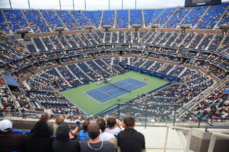 tennis stadium: Nueva York - 9 de septiembre de 2010: Un abarrotado estadio Arthur Ashe para un partido nocturno EE.UU. Abierto de tenis de Queens, Nueva York. Editorial