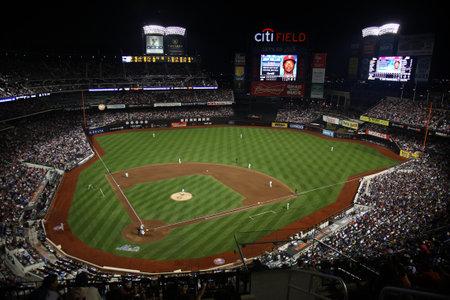 New York - 15 juli 2011: Citi Field, de thuisbasis van de Nationale Liga Mets tijdens een nachtelijke game.