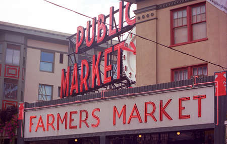 Seattle, Washington - September 15, 2007: Pike Place Market neon sign. Imagens - 13365219