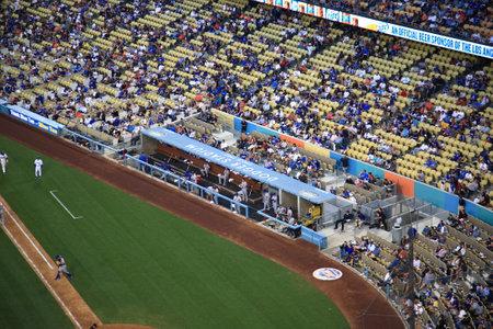 baseball dugout: Los Angeles - 01 de julio 2012 Los Mets de Nueva York mirando desde el banquillo en un partido de b�isbol en el Dodger Stadium, casa de los Dodgers de Los Angeles