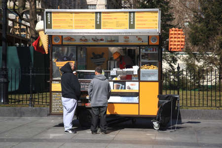 carretto gelati: New York - 27 marzo 2013: A Wafels & Dinges stare a New York City. Editoriali