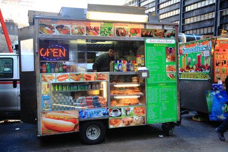 Nueva York - 27 de marzo de 2013: La comida de pie en una calle de Manhattan. Foto de archivo - 35832791