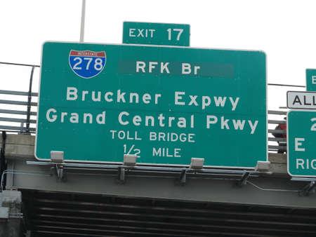 schlagbaum: RFK Brücke Sign - Verkehrszeichen ab FDR Drive in New York zu sehen.