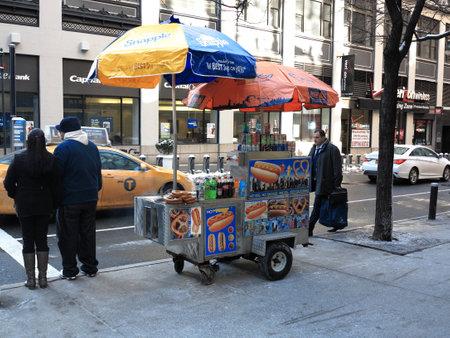뉴욕 - 2015 년 3 월 6 일 : 맨하탄 핫도그 스탠드와 우산. 에디토리얼