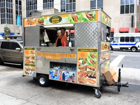 New York - August 11, 2015: Food stand on a Manhattan street. Redactioneel