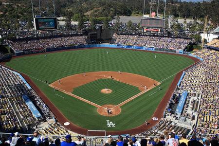 洛杉矶——2012年6月30日:道奇体育场(Dodger Stadium)的一场棒球比赛。