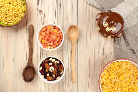 frutas deshidratadas: Mezclar los copos de ma�z de miel y frutos secos sobre fondo de madera