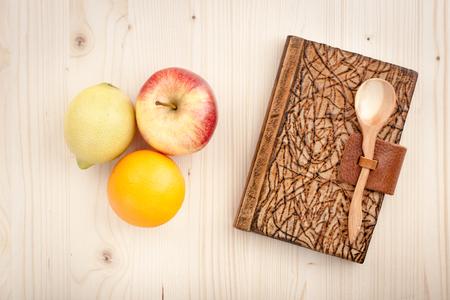 culinair: Culinaire concept achtergrond van appelen en notebook op houten tafel Stockfoto