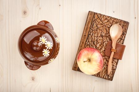 culinair: Culinaire concept achtergrond van appel en notebook op houten tafel