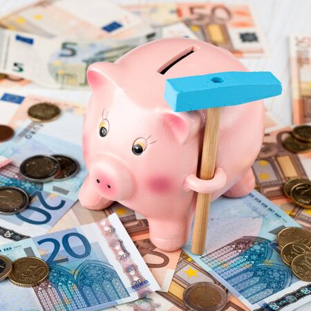 banconote euro: Piggy Bank with a hammer, Euro banknotes and coins