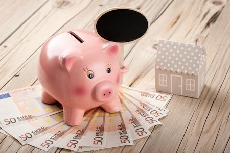 banconote euro: Salvadanaio con lavagna nera, banconote in euro e in miniatura di casa