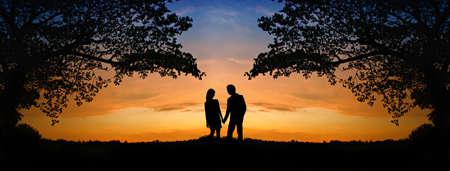 siluetas de enamorados: La imagen de dos personas románticas en el amor de pie en la puesta de sol