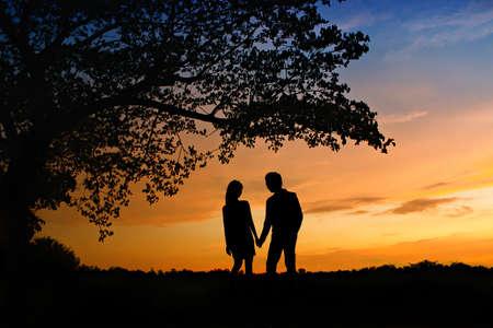 siluetas de enamorados: Escena romántica del amor