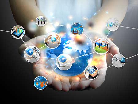 tecnologia: Empres�rio segurando m�dias sociais Imagens
