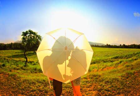 Scène romantique de l'amour, l'ombre du parasol blanc. Banque d'images