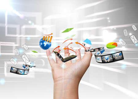 interaccion social: mano que sostiene los medios sociales