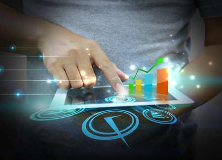 estadisticas: mano Touch Tablet de pantalla con iconos de negocios Foto de archivo
