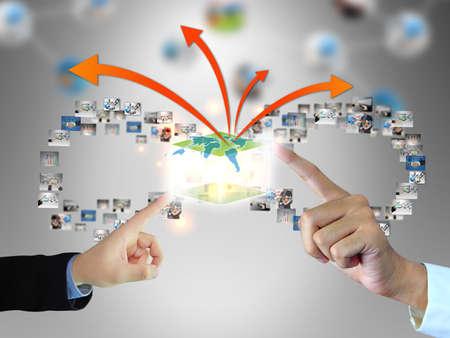 affari: Imprenditore interfaccia pulsante a sfioramento