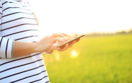 manos de la mujer la celebraci�n de tel�fono inteligente photo