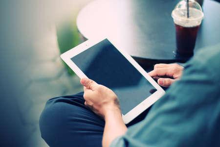 Geschäftsmann mit digitalen Tablet, Hand berührt Bildschirm auf digitalen Tablette