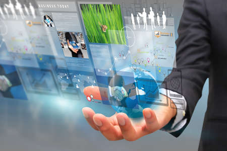 Geschäftsmann auf virtuellen screen.business Konzept, Technik, Management