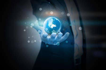 mundo manos: mano que sostiene el mundo digital. Foto de archivo