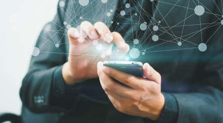 Geschäftsmann Touch Screen auf digitalen Tablette.