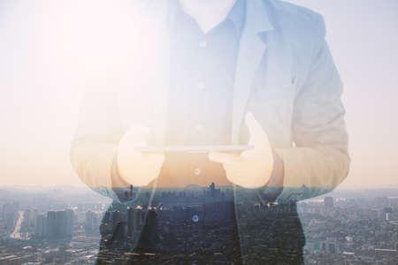tecnolog�a informatica: El hombre de negocios que usa la tableta digital, doble exposici�n de foco businessman.soft