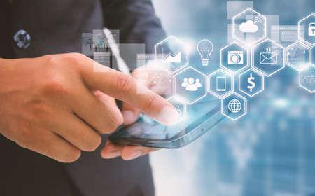 conexiones: hombre de negocios toca medios de comunicación social, concepto de red social. Foto de archivo