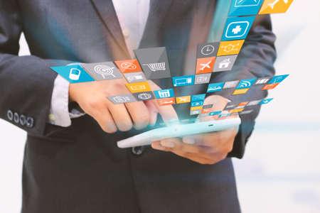사업가 디지털 태블릿, 소셜 미디어 개념을 사용. 스톡 콘텐츠
