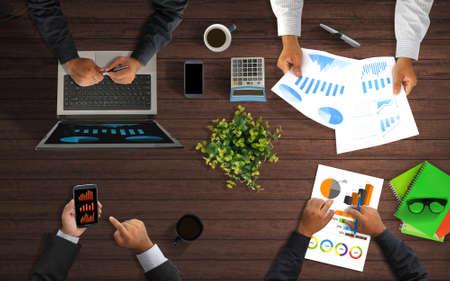 together.desk 위에서 일하는 비즈니스 팀 스톡 콘텐츠