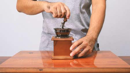 molinillo: El hombre toma molinillo de café.
