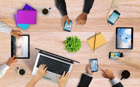 Business Team zusammenarbeiten, die Hände Smartphone. Schreibtisch von oben