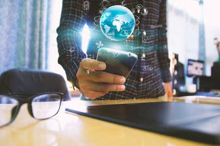 gente exitosa: Mano de pantalla táctil de teléfono inteligente. Concepto de medios de comunicación social. Foto de archivo