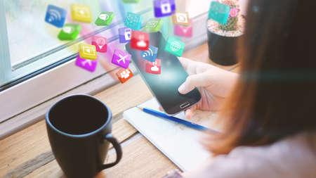 Manos de la mujer que sostiene el teléfono inteligente. Concepto de los medios sociales. Foto de archivo