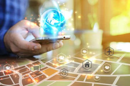 Ręczny ekran dotykowy inteligentny telefon. Pojęcie mediów społecznościowych. Mapa na inteligentnym telefonie