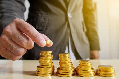 Zakenman geld zetten munten. Business Growth concept.