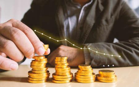 ganancias: Hombre de negocios poner monedas de dinero. Concepto de crecimiento empresarial. Foto de archivo
