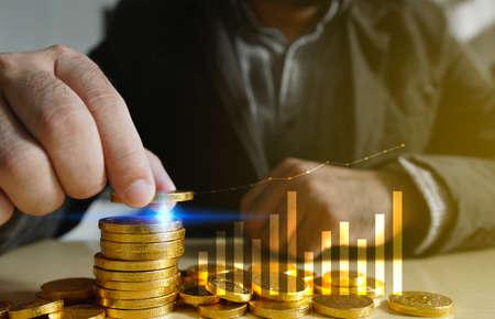 実業家置くのお金の硬貨。ビジネス成長の概念。
