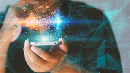 Interfaccia di rete globale su smartphone. Concetto di rete sociale Archivio Fotografico