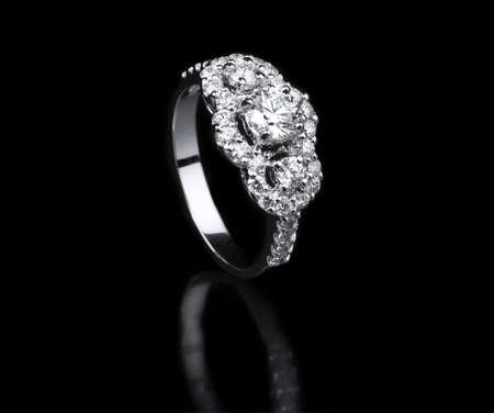 anillo de compromiso: Blanco oro y diamantes anillo de posición de pie en el fondo negro Foto de archivo