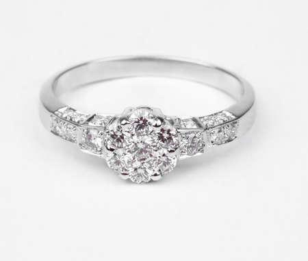 anillo de compromiso: Un anillo de diamantes moderno aislado sobre fondo blanco.