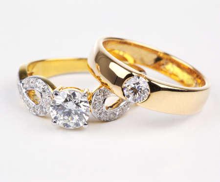 ring engagement: Dos estilos de anillo de oro con diamantes aislados sobre fondo blanco. Foto de archivo
